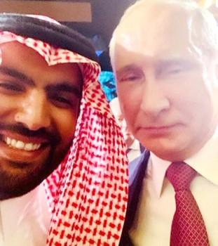 وزير الثقافة الأمير بدر بن فرحان في سيلفي مع الرئيس الروسي فلاديمير بوتين خلال المنتدى.