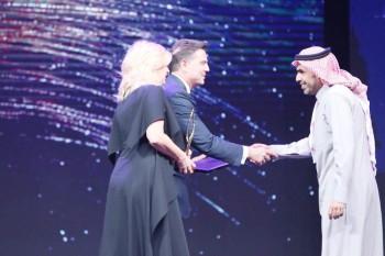 أحمد ماطر يتسلم الجائزة.