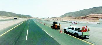 وزارة النقل تسعى لتكون الطرق أكثر سلامة وأماناً. (عكاظ)