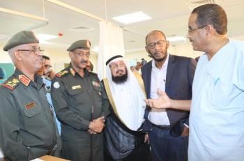 وزير الدفاع السوداني مستمعا إلى شرح عن برنامج جراحات القلب في أمدرمان. (عكاظ)