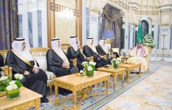 خادم الحرمين الشريفين مستقبلا السفراء المعينين حديثاً لدى عدد من الدول الشقيقة والصديقة، أمس في الرياض. (واس)