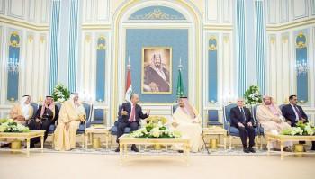 الملك سلمان والرئيس العراقي يستعرضان العلاقات الوثيقة بين البلدين وسبل تعزيزها، أمس في الرياض. (واس)