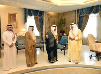 الأمير خالد الفيصل خلال تكريم منسوبي مكافحة المخدرات بالمنطقة.