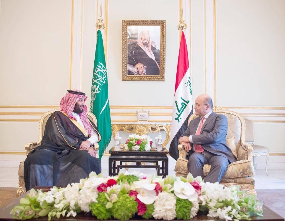 الأمير محمد بن سلمان مستقبلا الرئيس برهم صالح في الرياض، أمس. (واس)