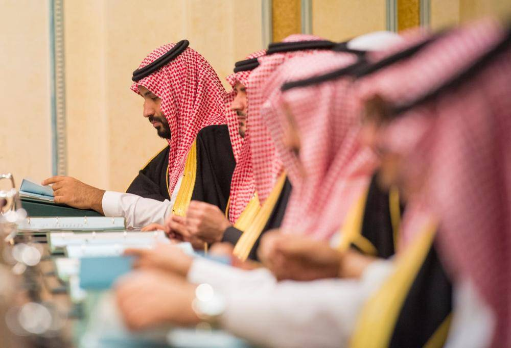 ولي العهد ووزراء في جلسة المجلس