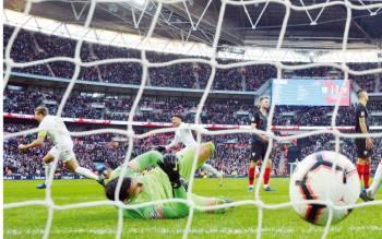 الكرة في طريقها لشباك كرواتيا معلنة هدف الفوز الإنجليزي في الوقت القاتل.