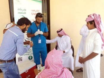 عدد من الطلاب خلال حملة للتطعيم من الانفلونزا. (عكاظ)