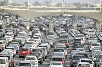 كثافة مرورية على جسر الملك فهد، وفي الإطار فهد الداود. (عكاظ)