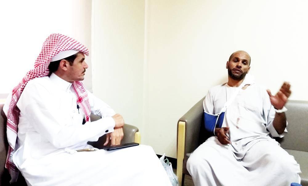 الزميل الصويان يتحدث مع مدير المدرسة المطعون. (تصوير: حسام كريدي SHAFEE@)