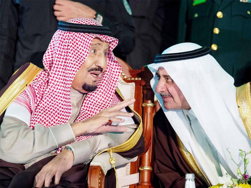 الملك سلمان في حديث مع أمير تبوك.