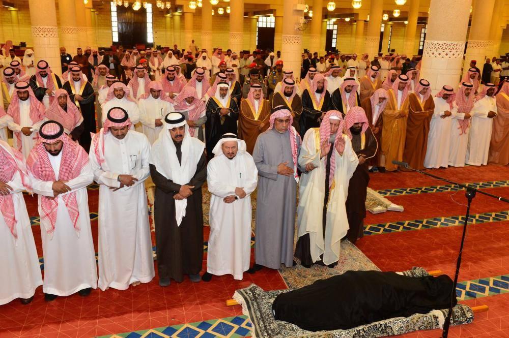 أمير الرياض يؤدي الصلاة على والدة الأمير فيصل بن محمد بن عبدالعزيز