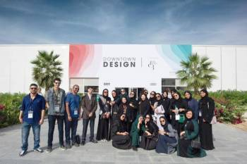 طلاب وطالبات كلية الإعلان أمام الموقع المحتضن لفعاليات أسبوع دبي للتصميم.