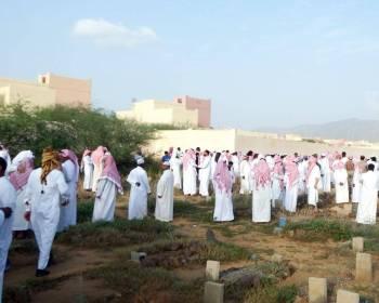 عدد من المشيعين خلال تشييع جثمان المعلمة. (عكاظ)