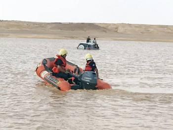 قوارب الدفاع المدني تمشط الأودية. (عكاظ)
