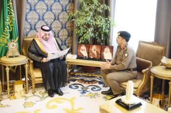 الأمير فيصل بن خالد مستقبلا مدير سجون المنطقة.