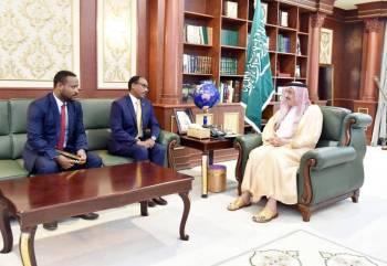أمير جازان خلال استقباله القنصل العام الإثيوبي لدى المملكة. (عكاظ)