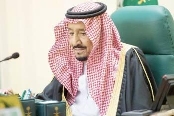 الملك سلمان مترئسا جلسة مجلس الوزراء أمس في تبوك. (واس)