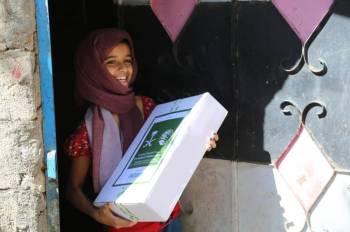 طفلة يمنية تتسلم حصتها من المساعدات