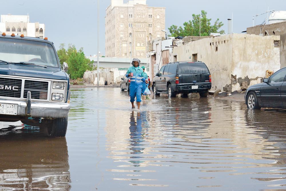 مستنقعات الأمطار تغمر أحد شوارع جدة أخيرا. (تصوير: أحمد المقدام)