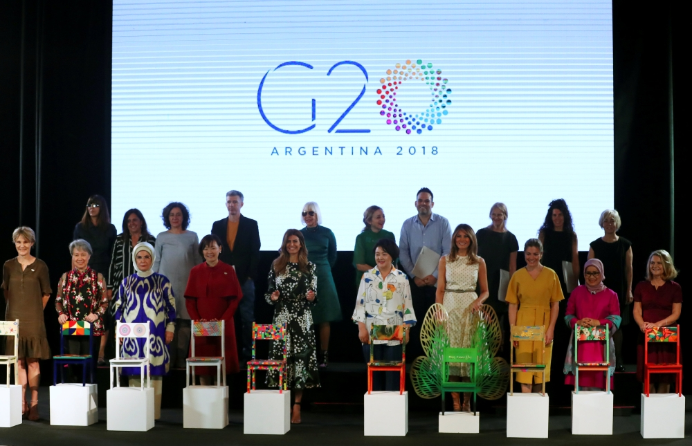 صور | بين الأناقة والرسمية.. أزياء سياسيات وزوجات رؤساء الدول في قمة العشرين