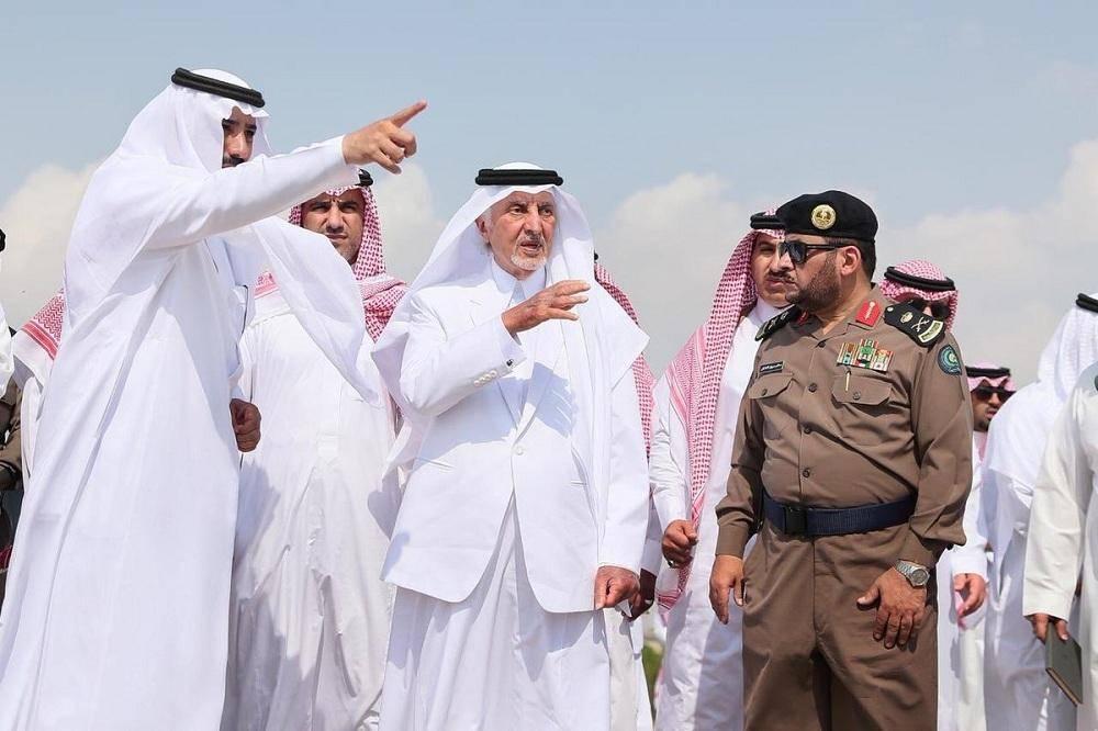 أمير مكة يستمع إلى شرح عن الأعمال الجارية لتطوير الليث