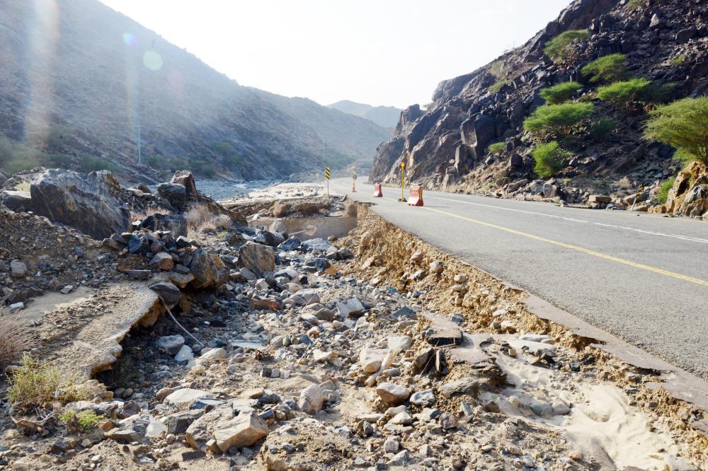 مشروع الأسفلت يهدد سالكي الطريق.