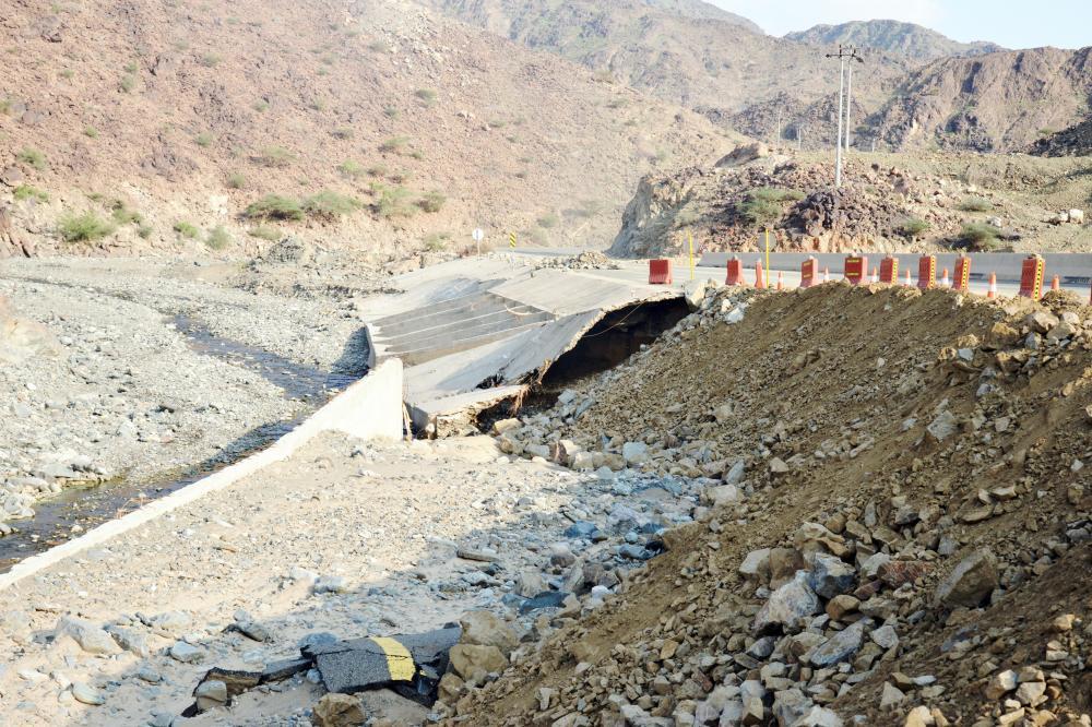 مشروع طريق اتانه كما بدا بعد الأمطار.