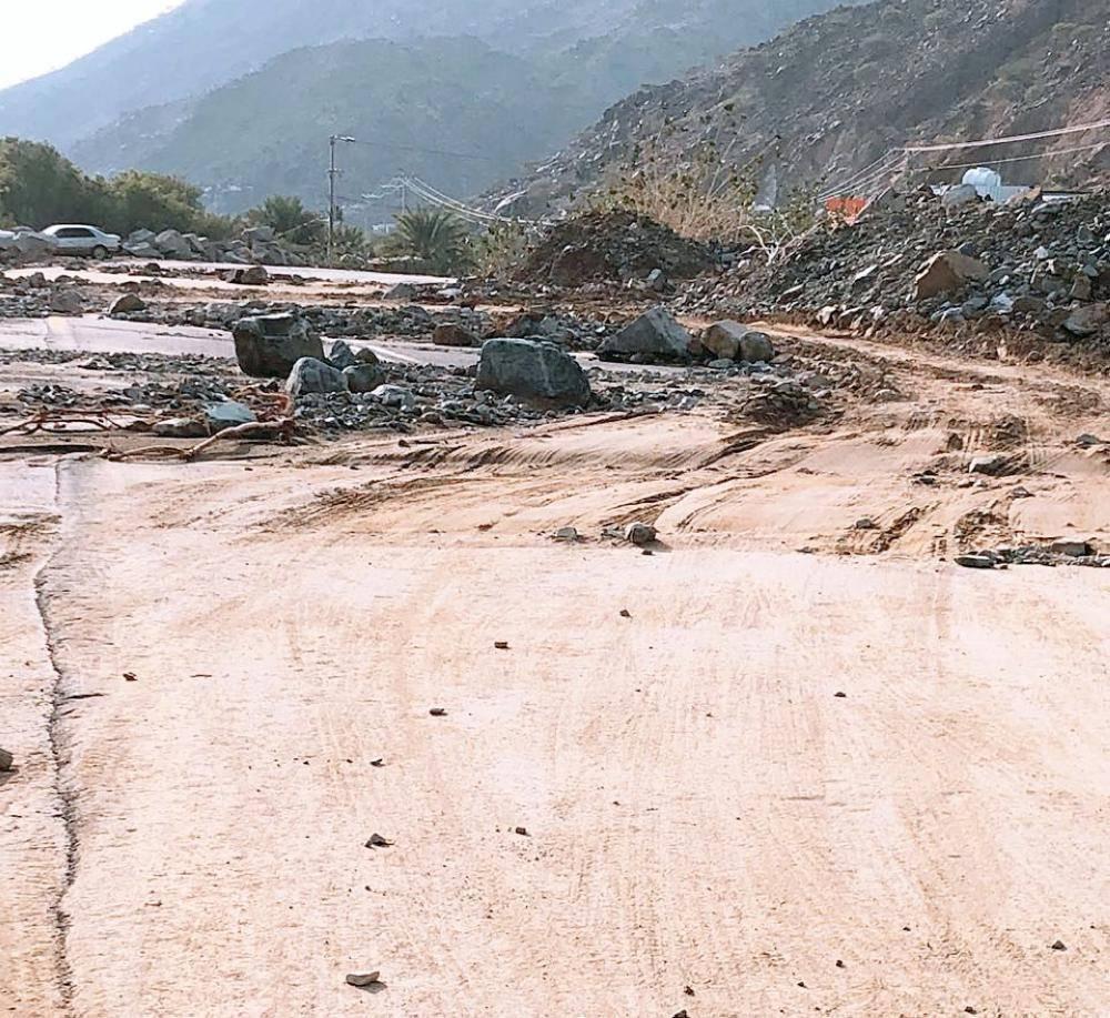 طريق بني يزيد تقطعه السيول وتحتجز السيارات.