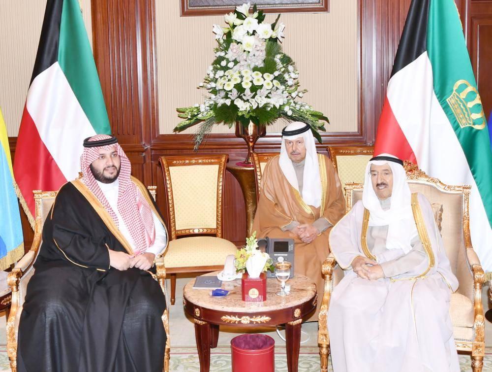 الشيخ صباح الأحمد مستقبلاً الأمير تركي بن محمد أمس في الكويت. (كونا)