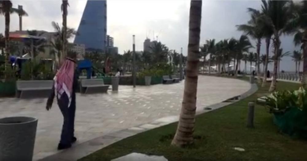 قطرات المطر تجذب سكان جدة للكورنيش