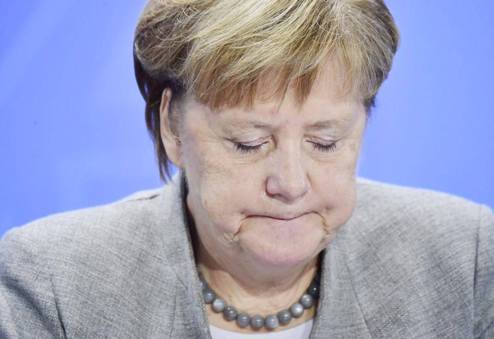 ميركل تخاطب وسائل الإعلام بعد اجتماع مع رؤساء البلديات حول مستويات التلوث الناجمة عن مركبات الديزل في برلين، أمس الأول. (أ. ف. ب)