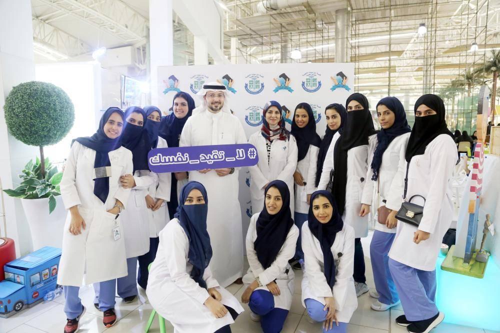 الدكتور طلال الخطيب يتوسط طالبات كلية ابن سينا للعلوم الطبية خلال الحملة.