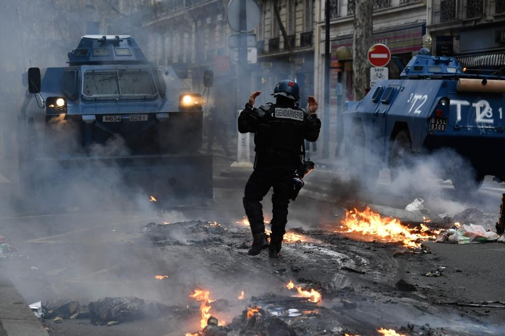 المدرعات تجوب شوارع «مدينة النور».. احتجاجات «السترات الصفر» في باريس تتجدد