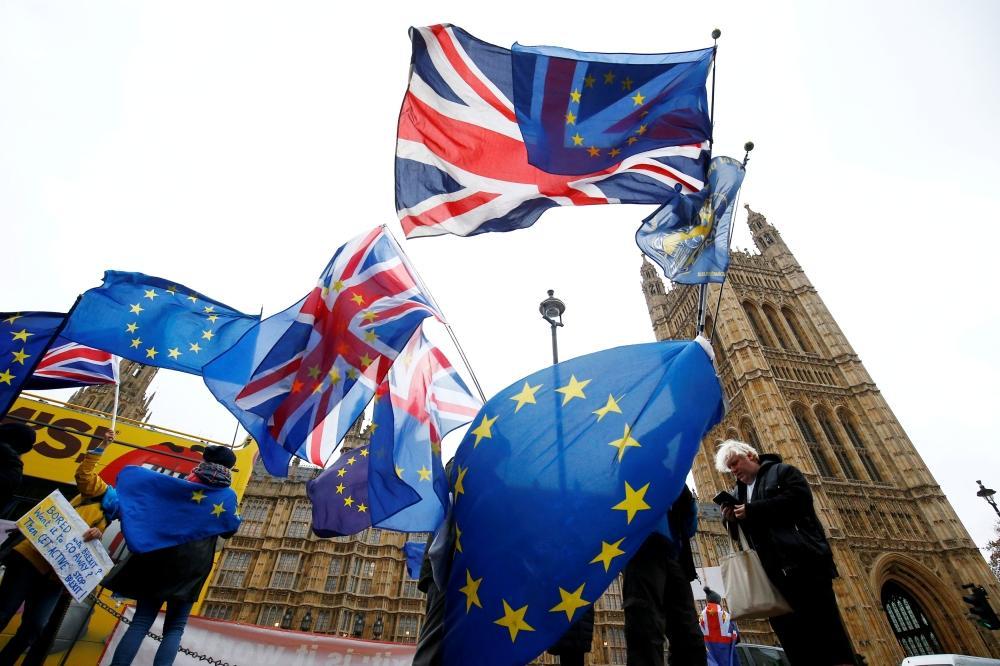 متظاهرون خارج مبنى البرلمان في لندن يحتجون على خروج بريطانيا من الاتحاد الأوروبي. (رويترز)