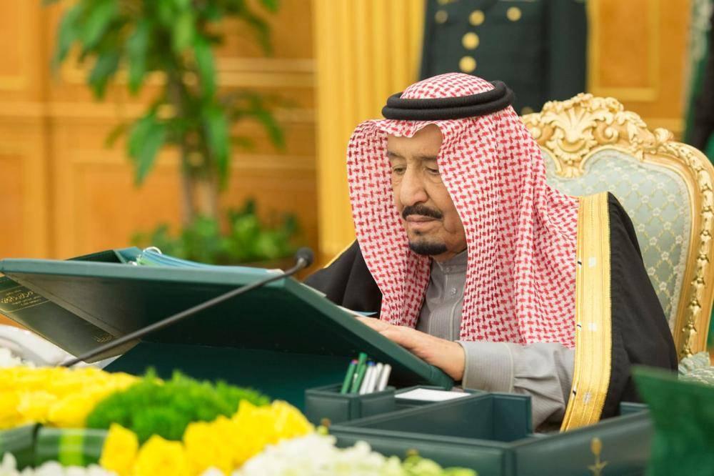 الملك سلمان مطلعا على أحد التقارير في مجلس الوزراء