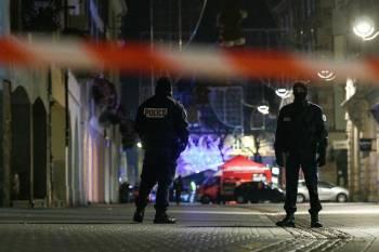 عناصر من الشرطة الفرنسية قرب موقع الهجوم