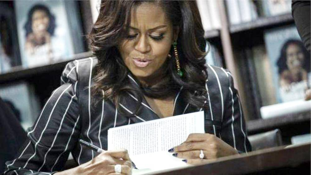 ميشال أوباما توقع مذكراتها.