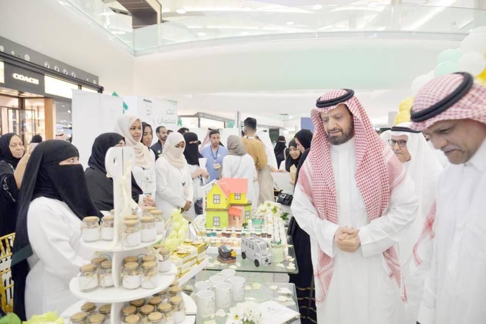 مشاركون في معرض اليوم السعودي للرعاية الصحية المنزلية.