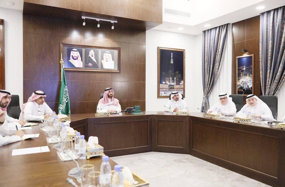 الأمير عبدالله بن بندر مطلعا على تصاميم مشروع تطوير الشميسي.