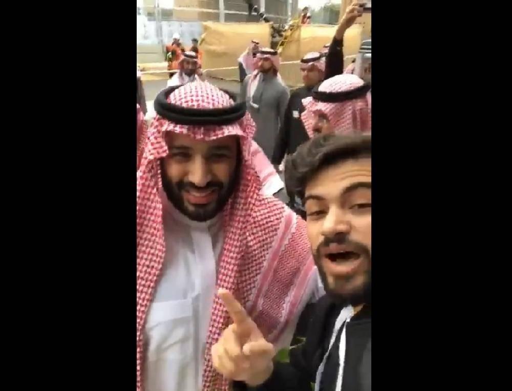 ولي العهد الأمير محمد بن سلمان لأحد جماهير الـ«فورملا إي»: ما دام فيه شعب مثلكم.. ما فيه أي مصاعب