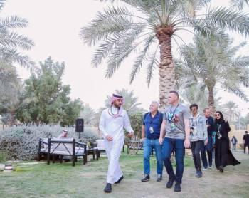 الأمير عبدالعزيز واللاعب روني خلال الجولة.