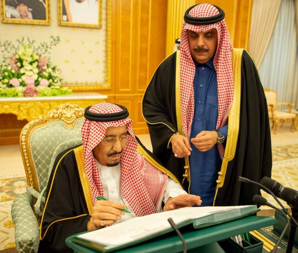 الملك سلمان أثناء توقيع إعلان ميزانية الدولة