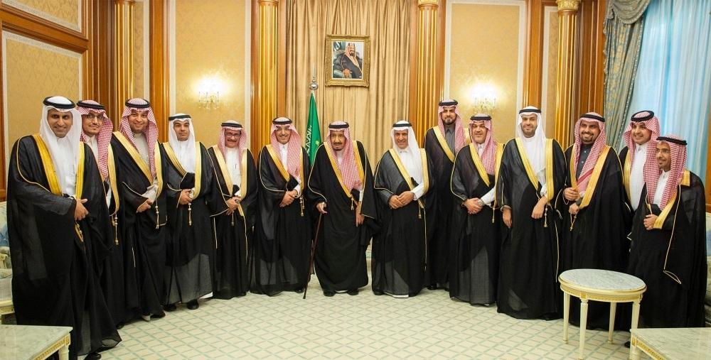 الملك سلمان في صورة جماعية مع الوزراء والمسؤولين في جلسة إقرار الميزانية العامة للدولة