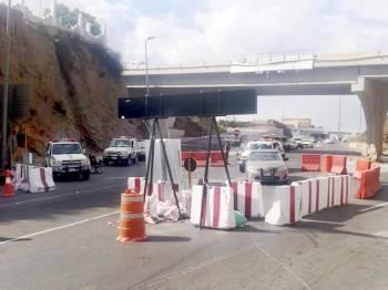 دوريات أمنية أمام مدخل ضلع ترشد قائدي المركبات بالعودة لعقبتي الصماء وشعار.