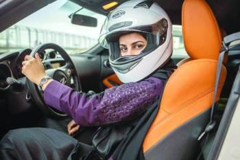 أمجاد العمري أثناء قيادة سيارتها.