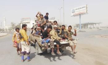 قوات المقاومة الموالية للشرعية خلال جولة بمدينة الحديدة في اليوم الأول من الهدنة. (أ.ف.ب)