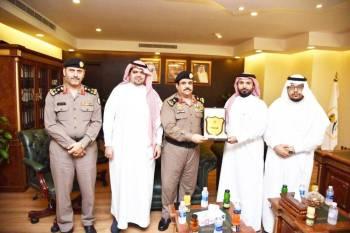 مسؤولو سجون منطقة مكة مع رئيس وأعضاء لجنة المحامين.