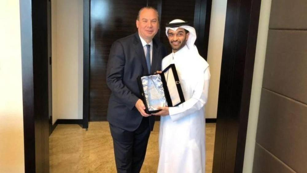 الحاخام مارك شناير مع الذوادي عقب اجتماعهما في الدوحة أخيراً.