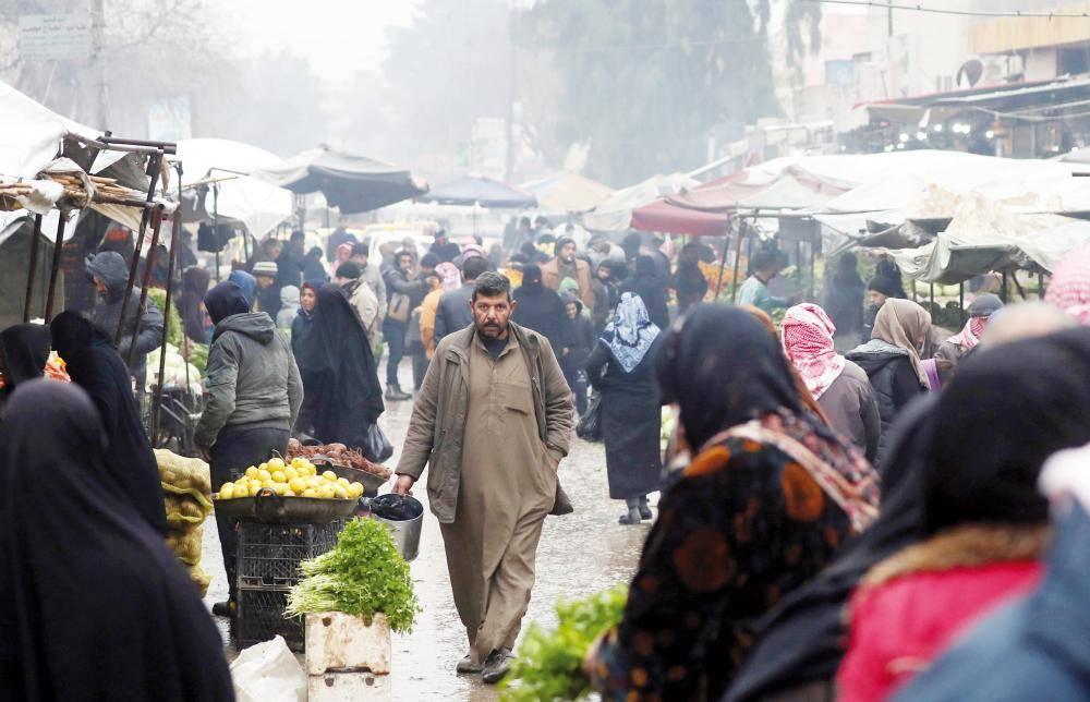 سوق مفتوحة في بلدة منبج الشمالية على الحدود التركية أمس (الأحد)، والتي يسيطر عليها منذ عام 2016 تحالف من المقاتلين الأكراد والعرب المدعومين من الولايات المتحدة. (أ.ف.ب)
