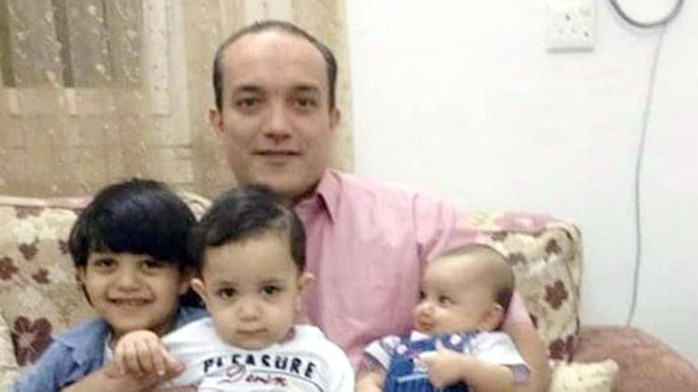 الأب القاتل يحتضن أبناءه المقتولين.